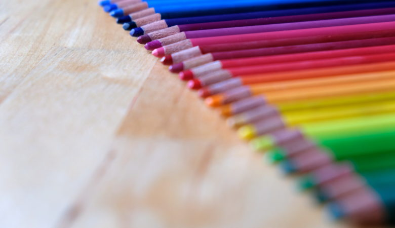 Farbenfrohe Buntstifte zum Erlernen der richtigen Stifthaltung