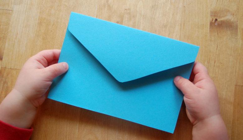 Schreibanlässe werden überflüssig, wenn man den Kindern ermöglicht eigene Schreibideen umzusetzen. Foto eines Kinds mit einem Brief.