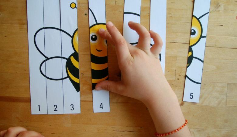 Foto von einer niedlichen Kinderhand mit Zahlenpuzzle