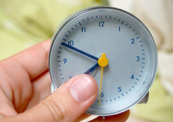 Foto von einer Hand, die eine Uhr hält umd die Dauer der Lerneinheit festzulegen