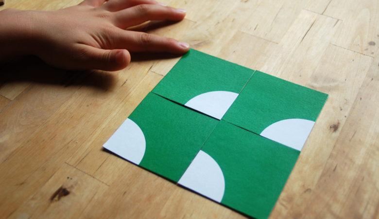 Kind legt ein Muster mit Teilen vom Logikpuzzle