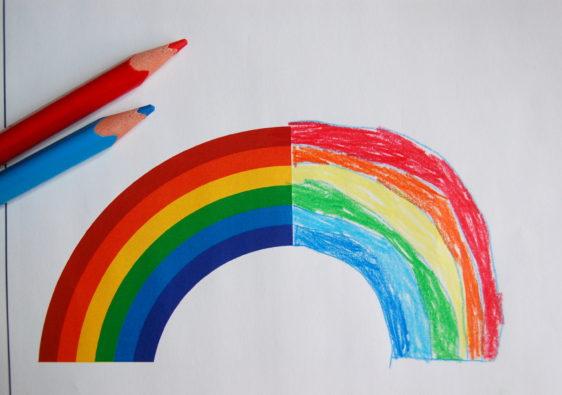 """Foto vom Arbeitsblatt """"symmetrische Figuren frei Hand zu Ende zeichnen"""" auf dem ein Regenbogen zu sehen ist"""