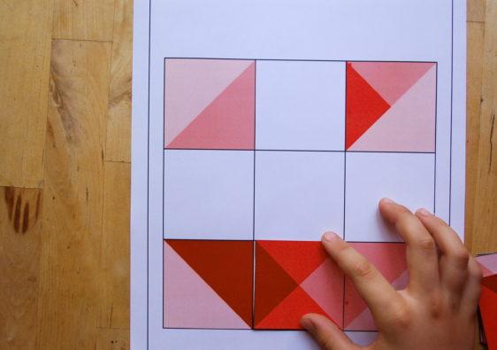 """Foto von einem Kind, welches das Logikrätsel """"Farbpuzzle"""" löst"""