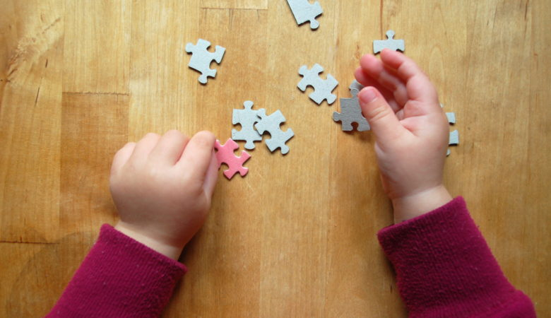 Foto von einem Kind mit einem Puzzle