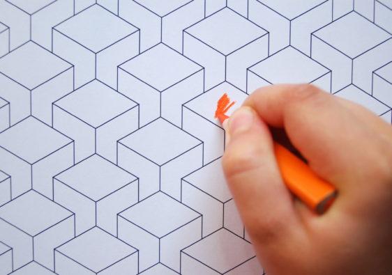 """Foto von einem Kind, dass das Arbeitsblatt """"3D Muster zum Ausmalen"""" bearbeitet"""