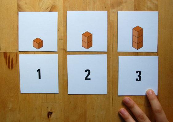 Foto von einem Kind, welches mit Hilfe eines Lernspiels zählen lernt