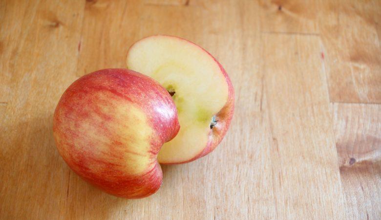 Foto von einem Apfel, welcher in zwei Hälften geschnitten wurde zur Veranschaulichung und Einführung in die Bruchrechnung