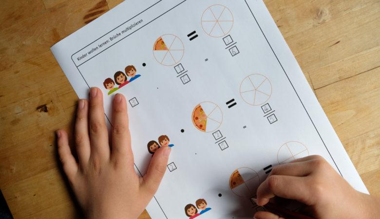 """Foto von einem Kind, welches ein Arbeitsblatt zum Thema """"Brüche multiplizieren"""" ausfüllt"""