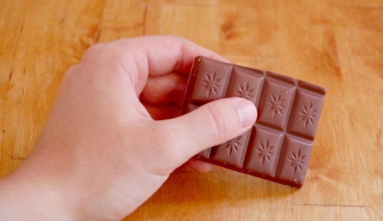Hand mit Schokolade