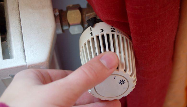 Foto von einer Hand am Heizungsregler