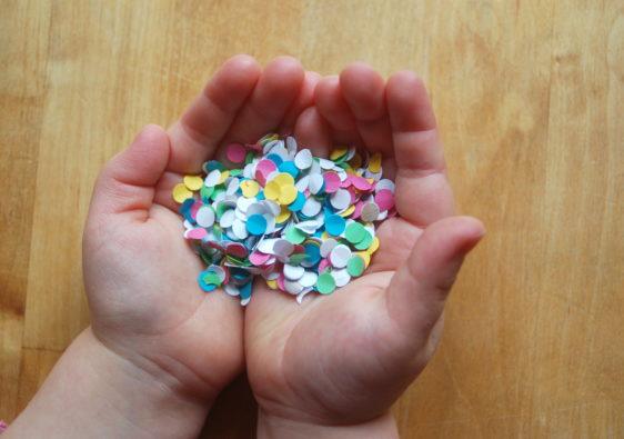 Foto von Kinderhänden mit Konfetti passend zu Karneval / Fasching